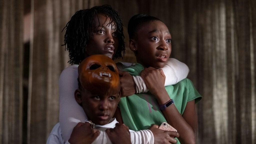 Madre agarrando a sus hijos con miedo