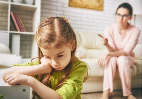 Madre castigando a su hija