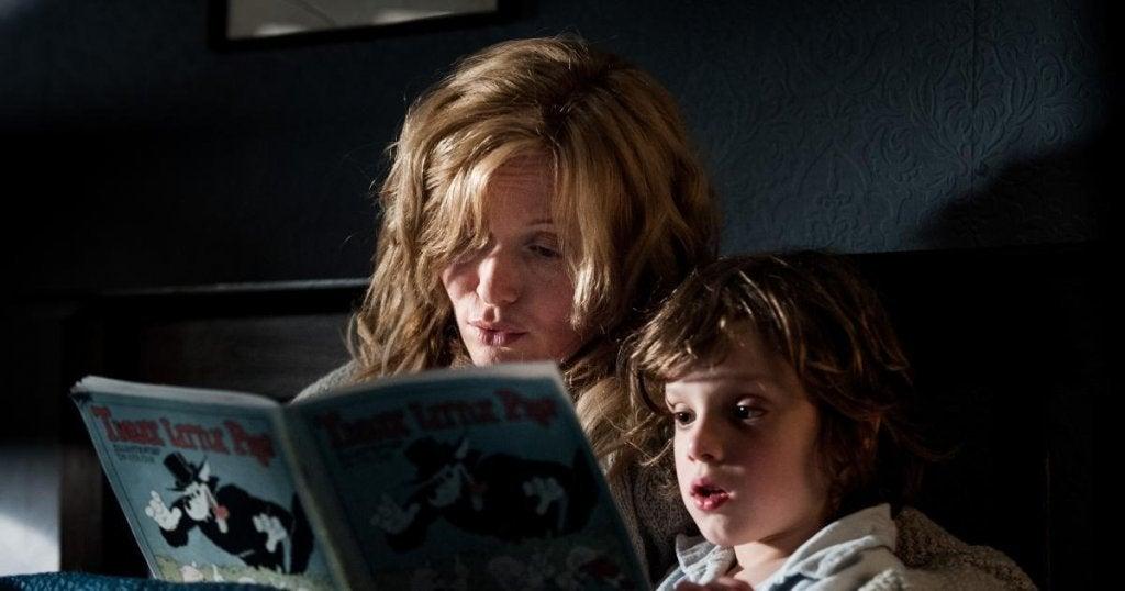 Madre leyendo el cuento The babadook a su hijo