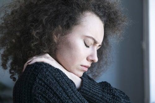 Mujer con depresión con los ojos cerrados