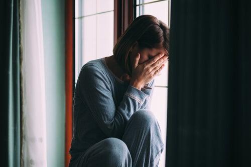 Mujer llorando en la ventana