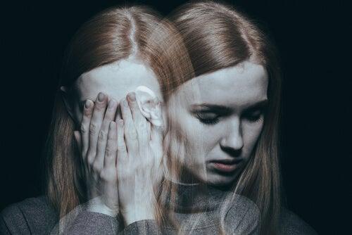 Mujer confusa con las manos en la cara