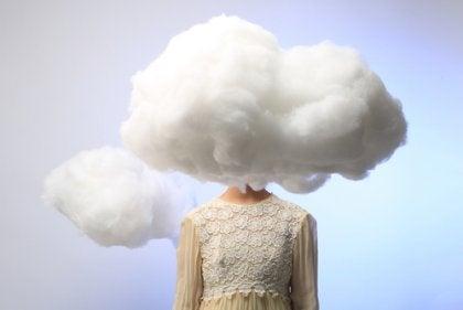 Mujer con nube en la cabeza pensando en personas más propensas a padecer una depresión