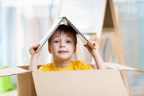 Niño metido en una caja