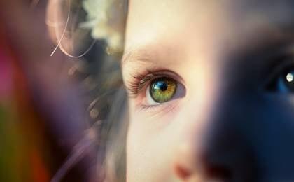 ojos de un niño con trauma del desarrollo
