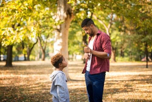 Padre enfadada con su hijo