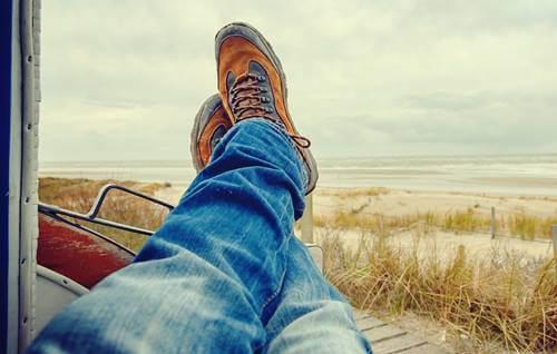 persona con pies cruzados intentando perder el tiempo