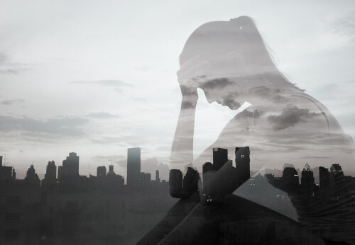 Sombra de una mujer con la ciudad de fondo