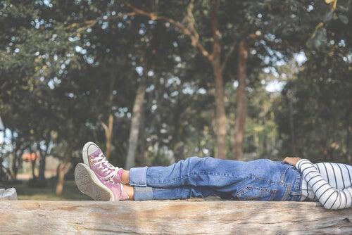 Adolescente tumbado al aire libre