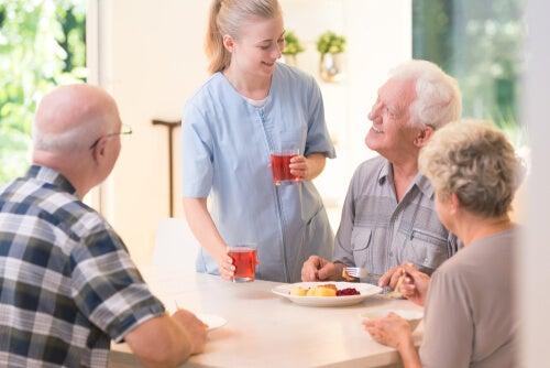 Auxiliar con personas mayores en una residencia