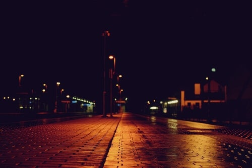 Calle a oscuras por la noche
