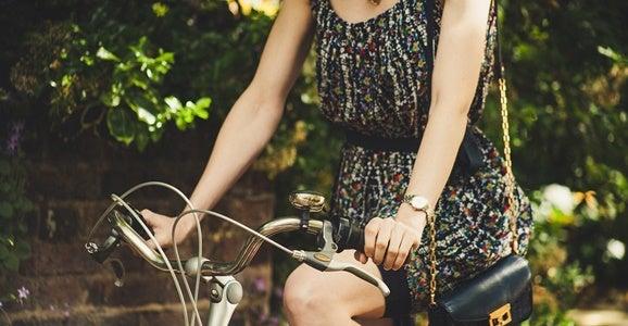 Mujer montando en bici