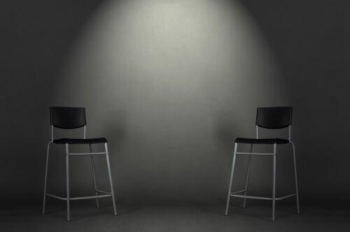 Dos sillas negras
