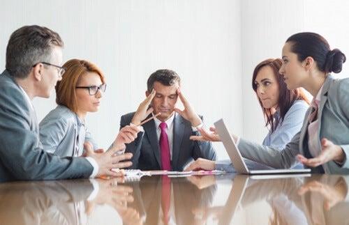 Equipo de trabajo representando a personas que oyen y no escuchan