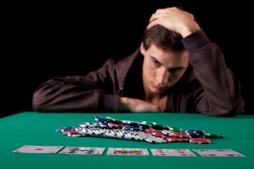 Chico jugando a cartas para representar al jugador patológico