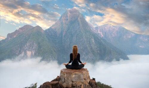 Chica en montaña pensando en ganar en la vida