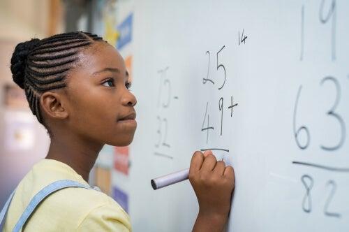 Niña africana escribiendo en una pizarra