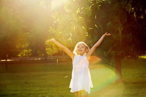 Niña feliz saltando al aire libre