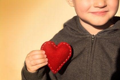 Niño con el corazón en la mano.