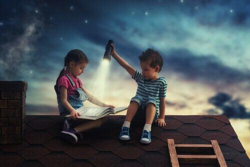 Niño leyendo sobre tejado