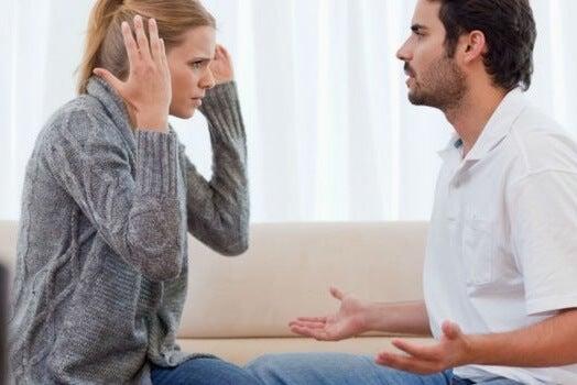 Pareja enfadada debido a las depresiones no resueltas