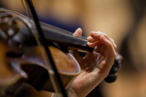 Persona tocando un violín