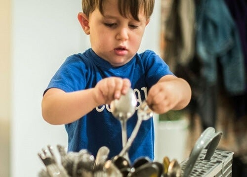 Niño limpiando los cubiertos