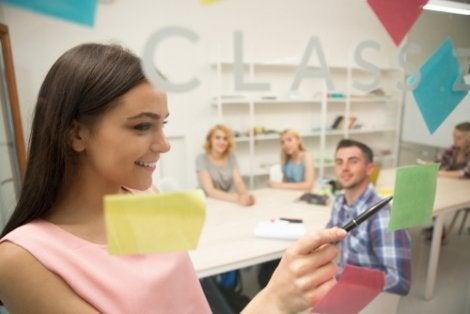 Adolescentes hablando en clase