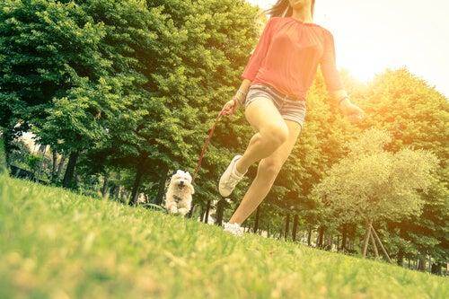 Chica paseando al perro