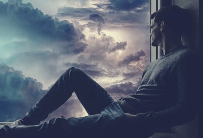 chico en ventana para representar el echar de menos a alguien que ni siquiera piensa en ti