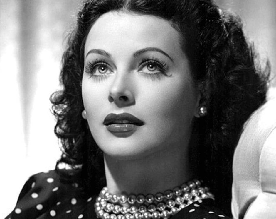 Hedy Lamarr mirando hacia arriba