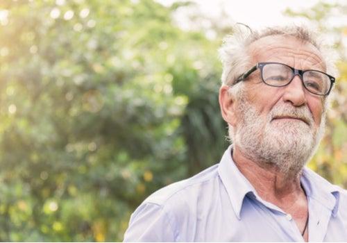 Hombre mayor representando cuando a mi padre le han diagnosticado Párkinson
