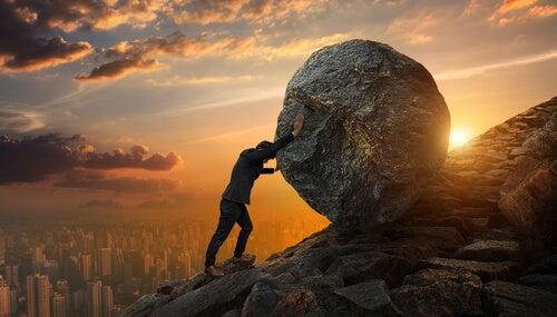 Hombre subiendo una piedra por una pendiente