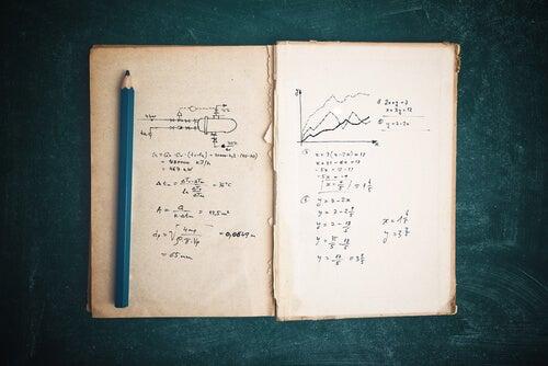 Libreta con apuntes de matemáticas