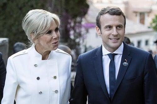 Macron y Brigitte representando la diferencia de edad en la pareja