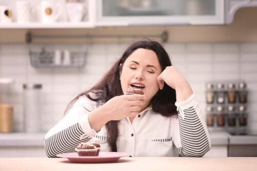 Mujer comiendo dulce
