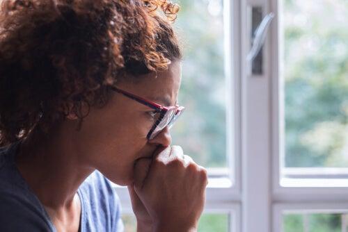 Mujer pensando sobre sus problemas