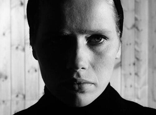 Mujer con el rostro triste