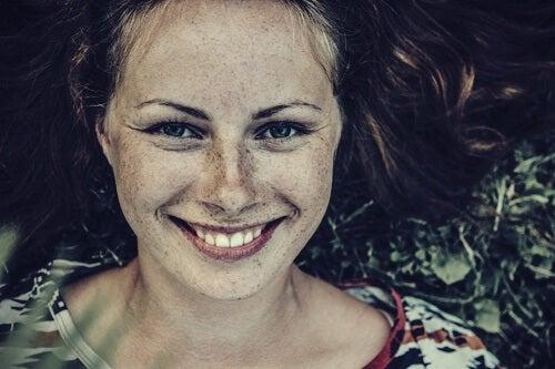 Chica sonriendo representando que soy responsable de mi felicidad