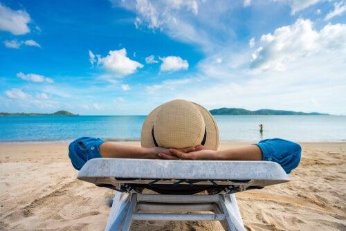 Persona tumbada pensando en vacaciones
