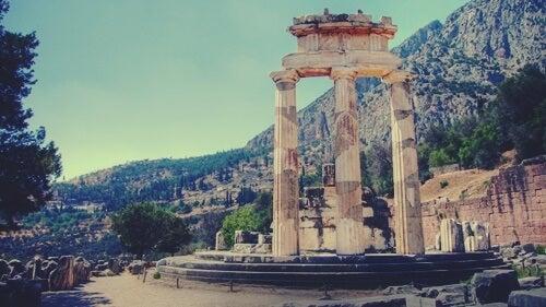 Templo de apolo donde aparecía la inscripción conócete a ti mismo