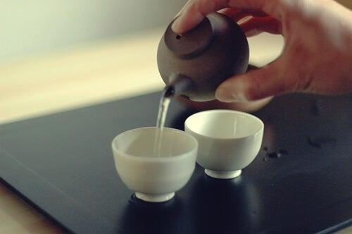 Persona sirviendo té