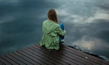 Chica ante el mar simbolizando la voz compasiva