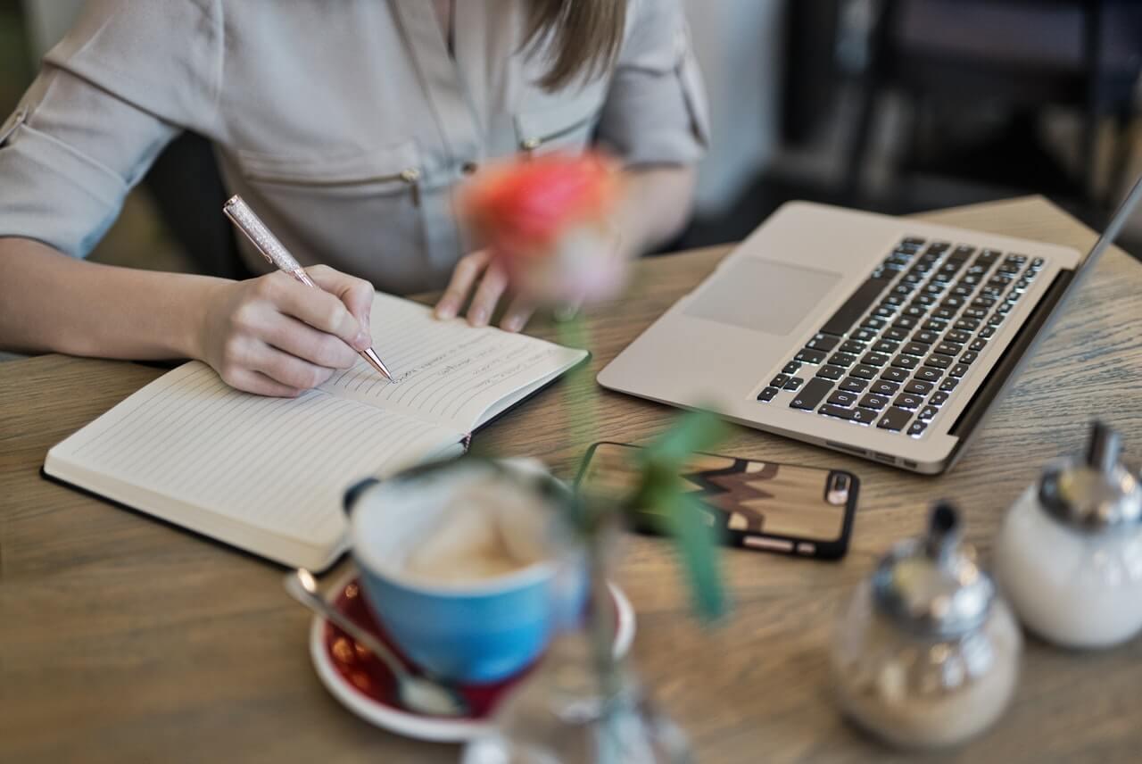 chica-escribiendo-en-un-cafe