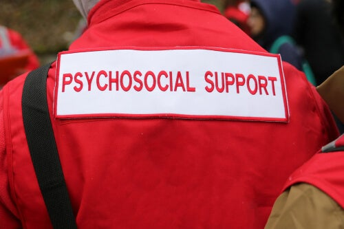 Hombre con chaqueta roja de apoyo psicológico