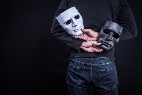 Hombre con dos máscaras