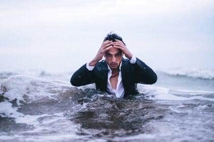 chico en el mar simbolizando la La diferencia entre prestar atención y estar alerta