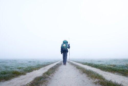 Hombre realizando el Camino de Santiago