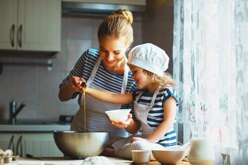Madre cocinando con su hija