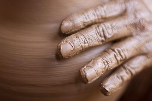 Manos de una persona haciendo escultura